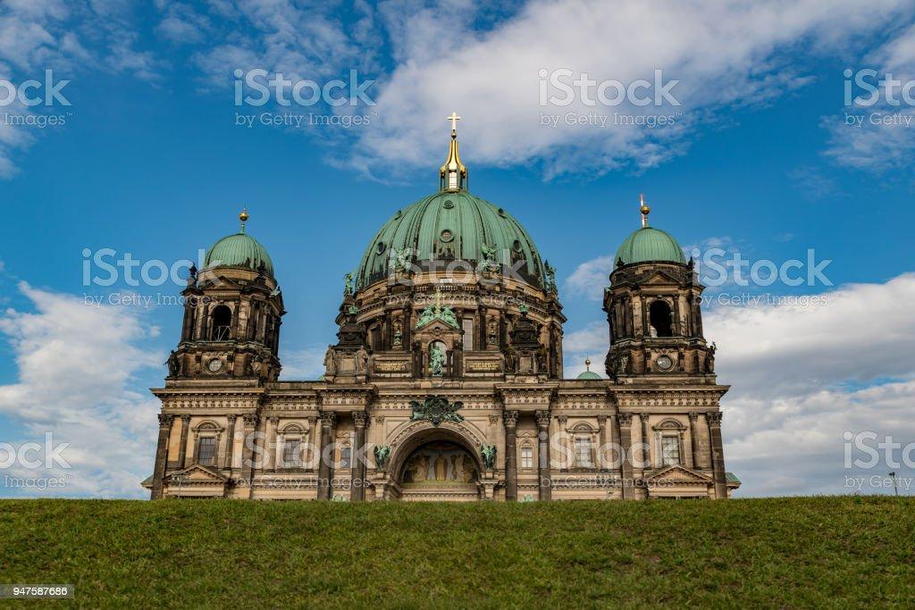 Berliner Dom mit einer Wiese vor – Foto