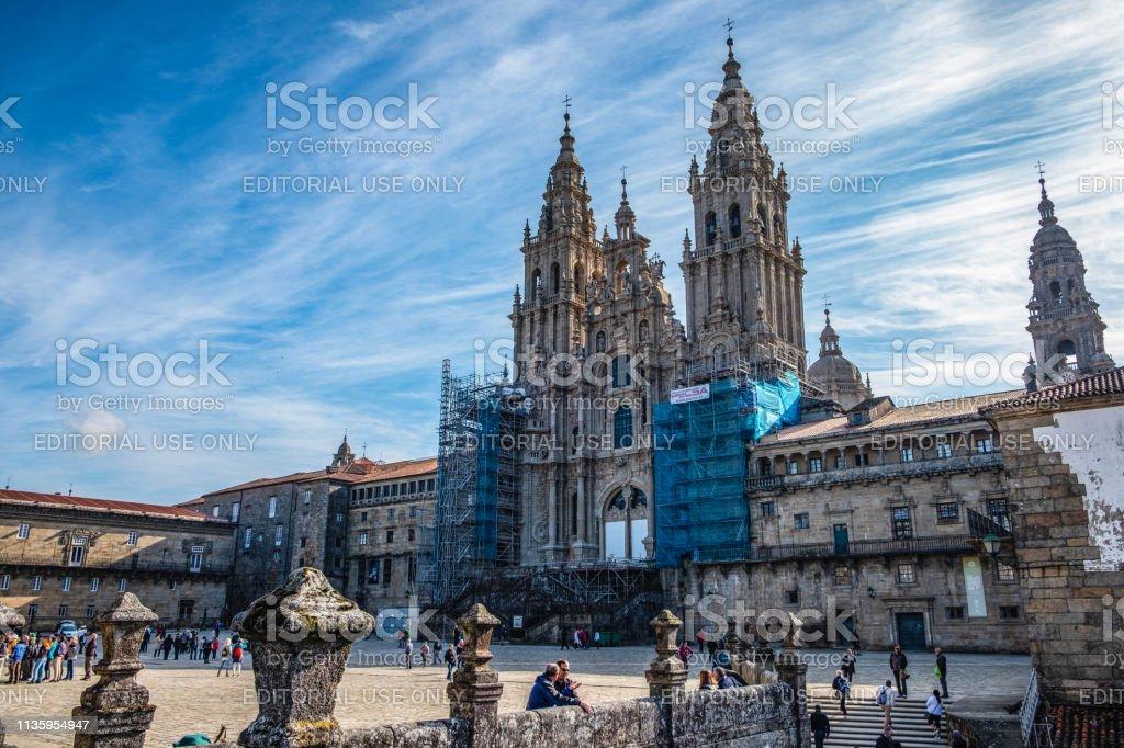 Die Kathedrale von Santiago de Compostela und der Blick auf die Praza do Obradoiro. Ein schöner Tag mit blauem Himmel in Santiago de Compostela. Das Ziel der Pilger auf dem Jakobsweg. – Foto