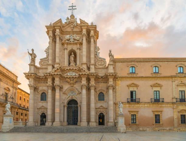 die kathedrale von syrakus in der hauptstadt platz duomo, ortigia, sizilien - ortygia stock-fotos und bilder