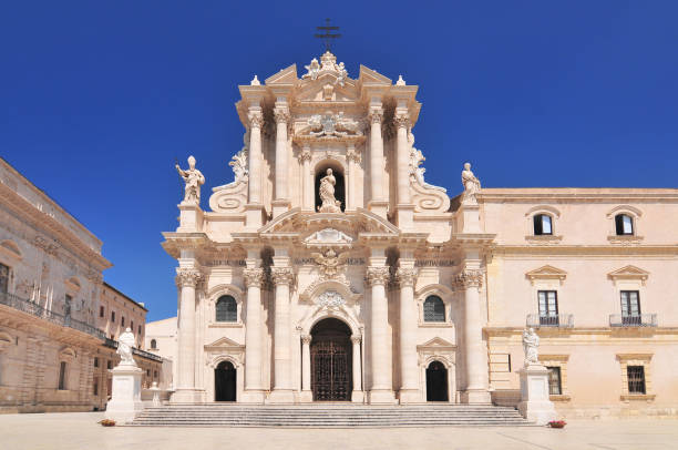 die kathedrale von syrakus, sizilien italien. - syrakus stock-fotos und bilder