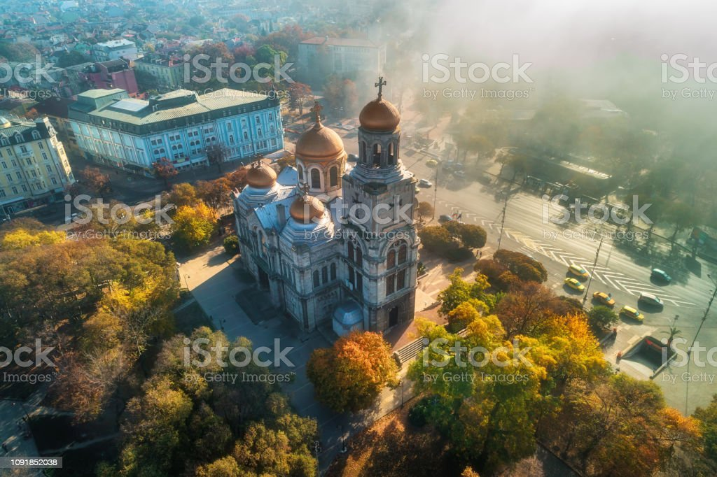 Die Kathedrale Mariä Himmelfahrt in Varna im Herbst, aerial View. – Foto