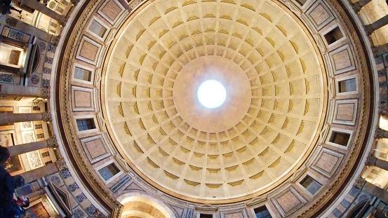 Het Plafond Van Pantheon Rome Italië Heeft Een Speciale Open Ruimte Op De Top Voor Zonlicht Stockfoto en meer beelden van Altaar