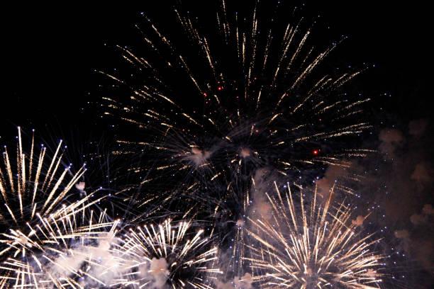 Kutlama renkli havai fişek siyah gece gökyüzünde yanıp sönen stok fotoğrafı