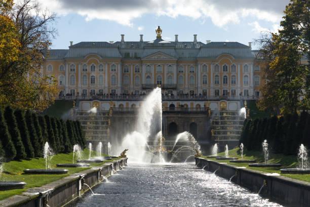 de centrale fontein samson in het beroemde park peterhof - peterhof stockfoto's en -beelden