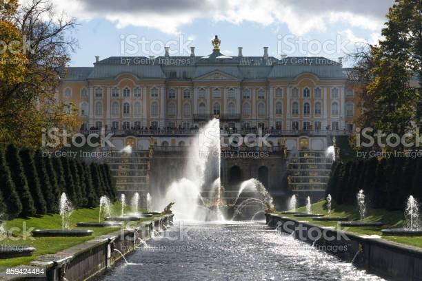 De Centrale Fontein Samson In Het Beroemde Park Peterhof Stockfoto en meer beelden van Architectuur