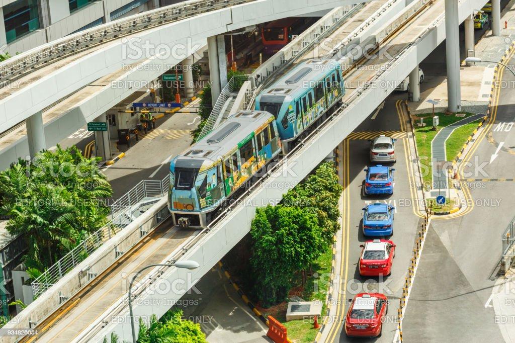 싱가포르 창이 공항, 싱가포르 창이 공항 스카이. 1990 년에 열어, 그건 아시아에서 첫 번째 자동 안내 시스템 - 로열티 프리 건축 스톡 사진