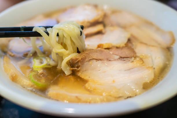 喜多方ラーメンの特徴。麺は厚くて平らで縮れた。オーソドックスなスープは、あっさりとした大豆味です。 - ラーメン ストックフォトと画像