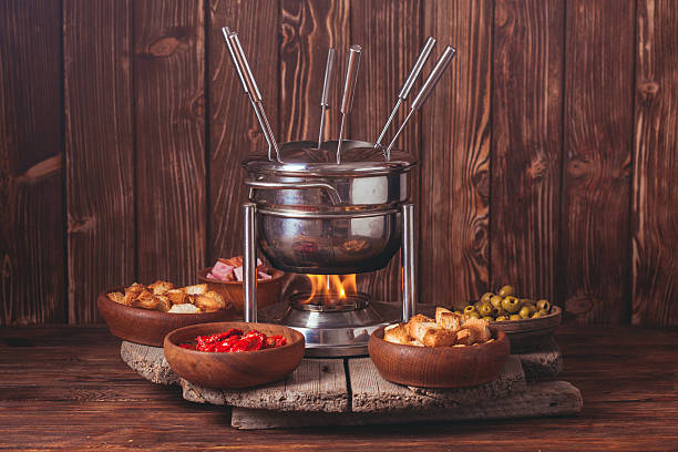 die käsefondue - fondue stock-fotos und bilder