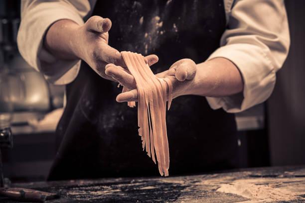 o chef faz espaguete fresco do zero - comida italiana - fotografias e filmes do acervo