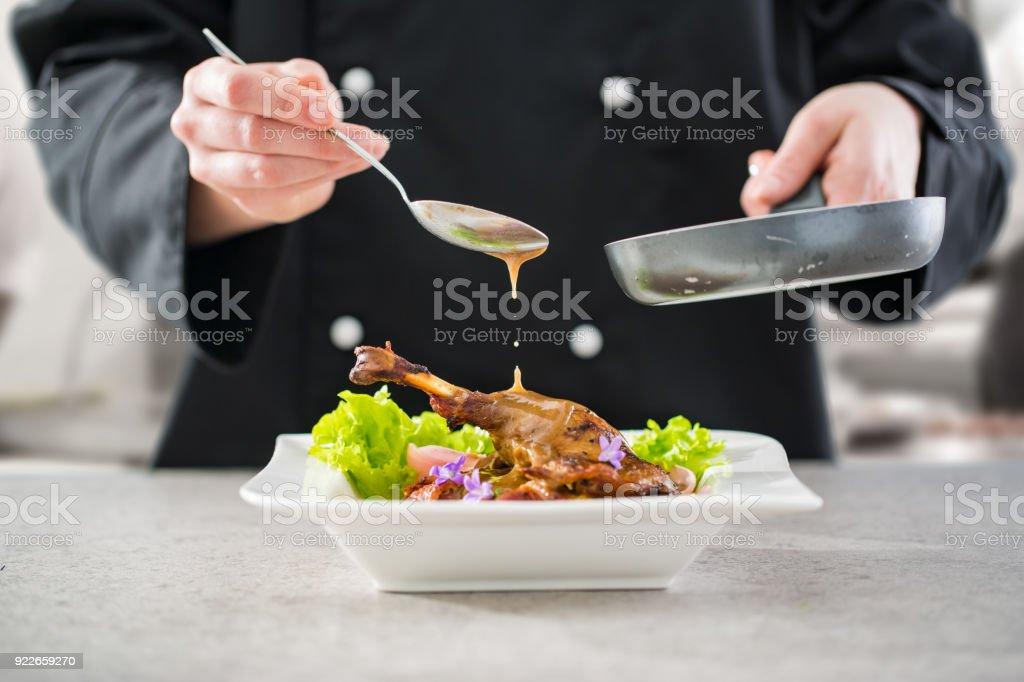Der Küchenchef bereitet ein Gourmet-Menü. – Foto
