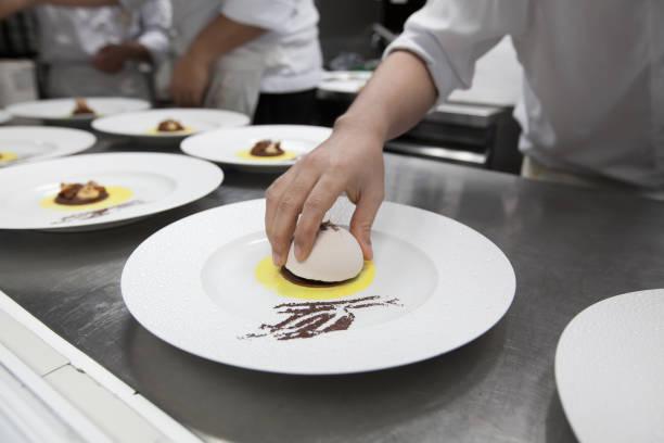 Der Küchenchef bereitet Desserts mit Eis für Dinner-Party im Restaurantküche. – Foto