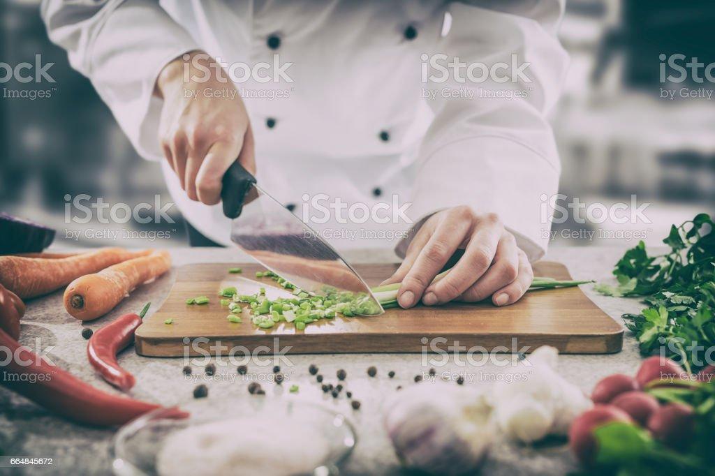 El chef cortar verduras. foto de stock libre de derechos