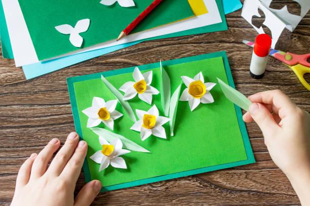 아이는 선화와 함께 자세한 어머니의 날 카드를 잘라냅니다. Handmade. 아이 들을 위한 창의력, 수공예품, 공예품의 프로젝트. 스톡 사진