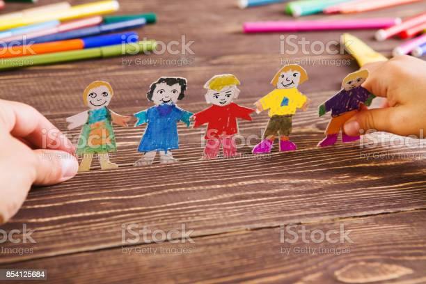 Das Kind Hat Zahlen Von Menschen Aus Papier Papiermenschen Auf Hölzernen Hintergrund Kreative Kinderspiel Mit Handwerk Stockfoto und mehr Bilder von Bastelarbeit