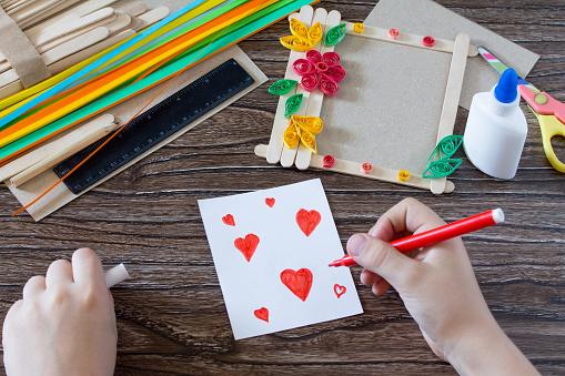 Das Kind Zeichnet Details Das Rote Herz Des Details Auf Einem Geschenk Fotorahmen Aus Holzstäbchen Handgefertigt Projekt Von Der Kreativität Der