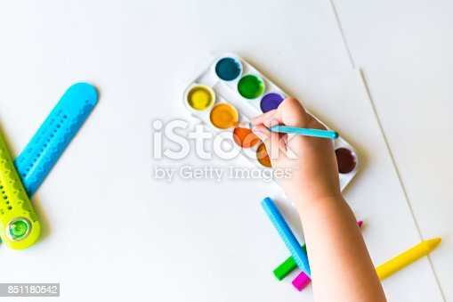 istock The child holds the brush over the palette 851180542