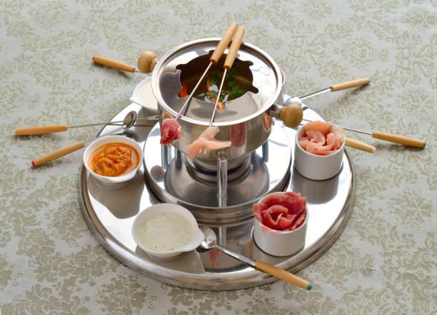 das chinesische fondue mit brühe - fondue zutaten stock-fotos und bilder