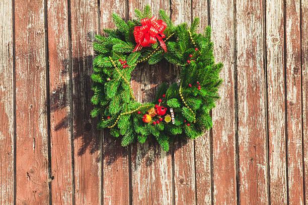 die weihnachten kranz - buchstabentür kränze stock-fotos und bilder