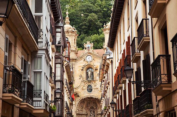 die kirche im old town von san sebastian. - san sebastian donostia stock-fotos und bilder