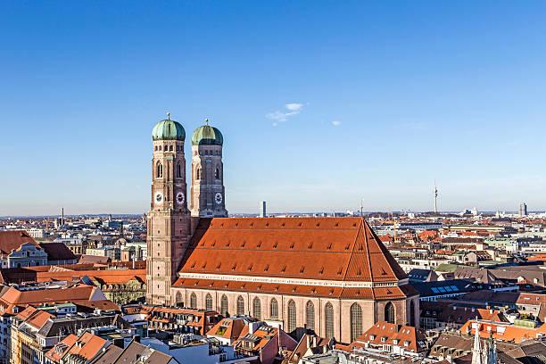 der liebfrauenkirche (frauenkirche) in münchen - münchen weather stock-fotos und bilder
