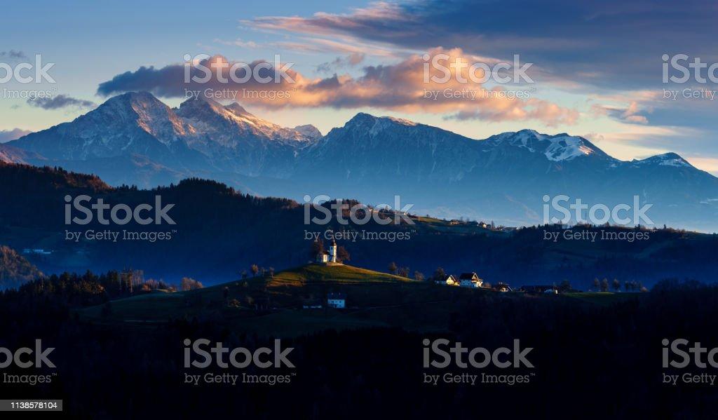 Die Kirche St. Thomas bei Sonnenaufgang, Slowenien – Foto
