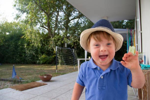 人生の輪とトリソミー21を持つ非常に若い男の子の毎日のルーチン。 - disabilitycollection ストックフォトと画像