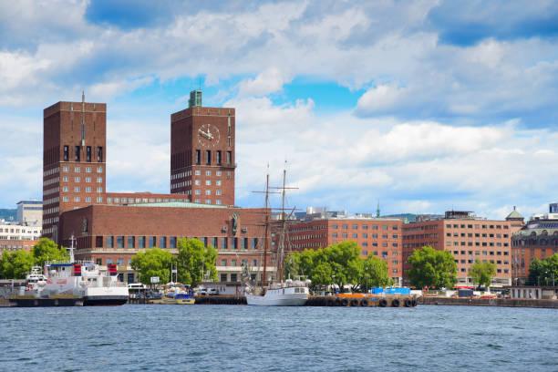 het stadhuis van oslo en de straat in oslo, noorwegen - oslo city hall stockfoto's en -beelden