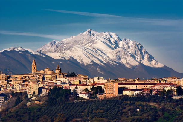 The city of Chieti and behind the mountain of Gran Sasso – Foto