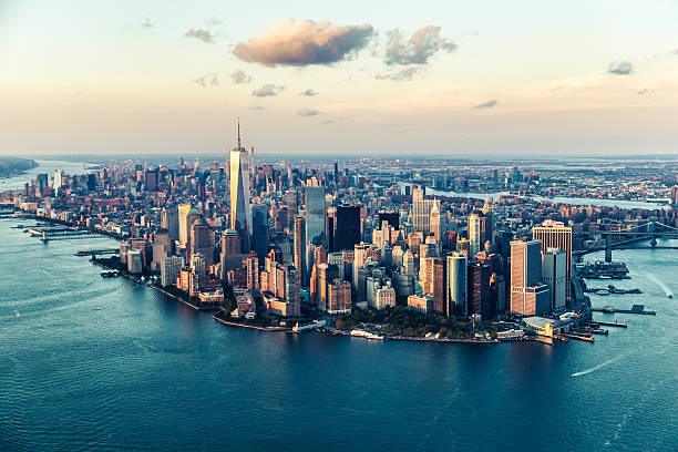 the city of dreams, new york city's skyline at twilight - paysage urbain photos et images de collection