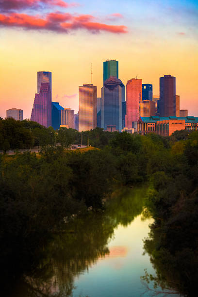 houston skyline bei sonnenuntergang - houston texas stock-fotos und bilder