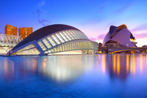 de stad van kunsten en wetenschappen op het blauwe uur, valencia, spanje - valencia stockfoto's en -beelden