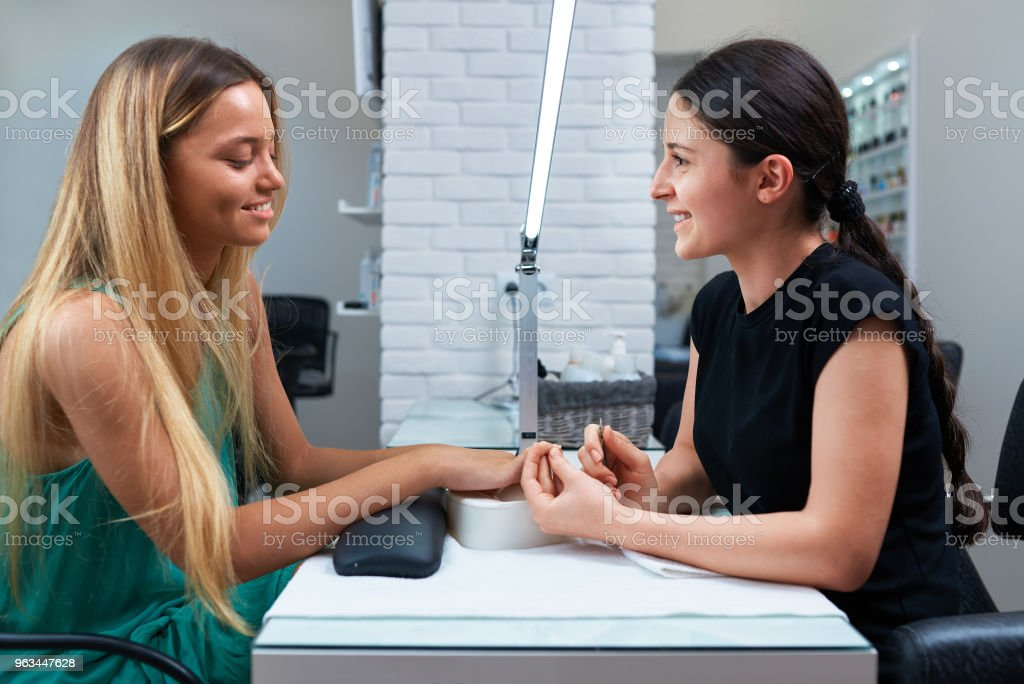 Le client et la manucure assis à la table - Photo de Adulte libre de droits