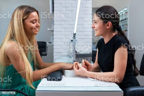 Klient I Manikiurzysta Siedzący Przy Stole - zdjęcia stockowe i więcej obrazów Biuro