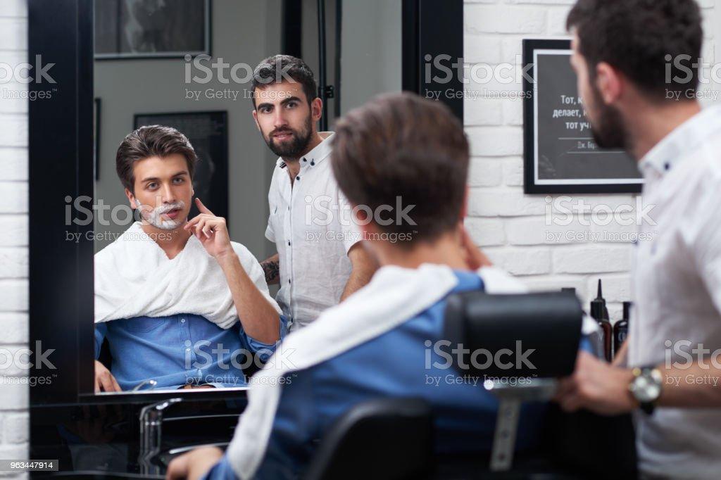 İstemcinin berber dükkanı olarak sakal tasarım tartışmak - Royalty-free Adamlar Stok görsel