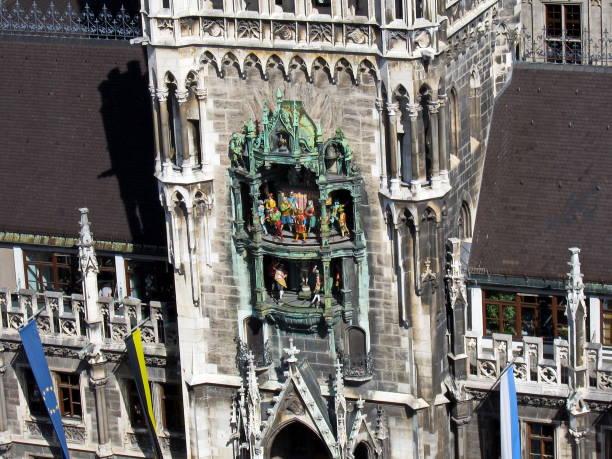 de klokkenspel in het nieuwe stadhuis van münchen. beieren, duitsland. - 2010 2019 stockfoto's en -beelden