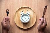 時計は、木製の皿に昼食のため 12:00 正午です。