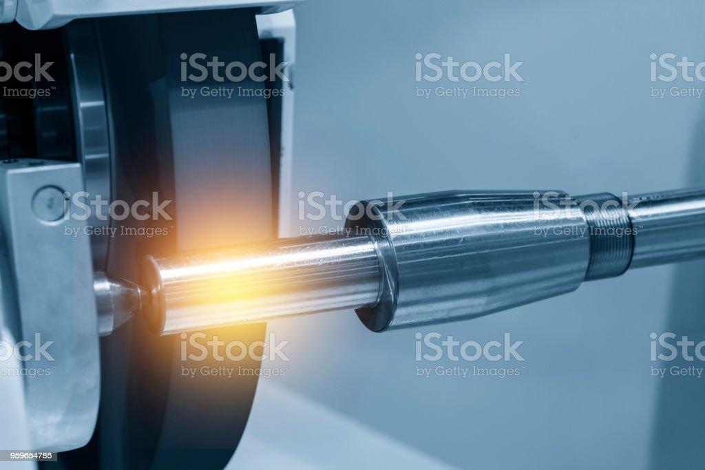 La CNC rectificadora cilíndrica con el eje de acero... - Foto de stock de Acabar libre de derechos