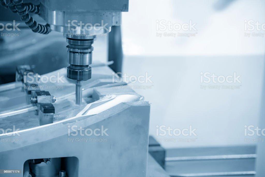 De CNC freesbank snijden de injectie schimmel deel met het solide vlakke endmill gereedschap. - Royalty-free Apparatuur Stockfoto
