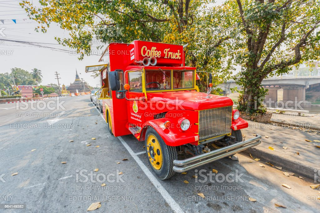 PHITSANULOK , THAILAND - APRIL 2, 2017 : The coffee and bakery truck in front of  Wat Phra Sri Rattana Mahathat (Wat Yai) . Located in Phitsanulokprovince northern of Thailand. foto stock royalty-free