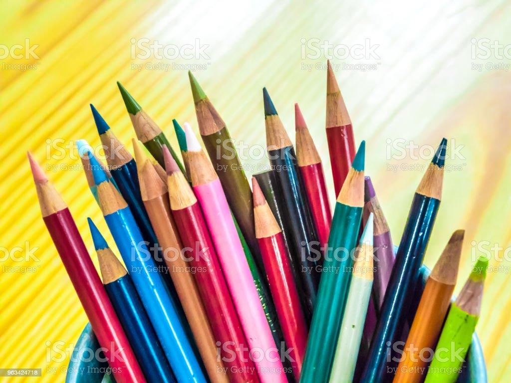 La couleur du crayon dans le seau sur la table. - Photo de Affaires libre de droits