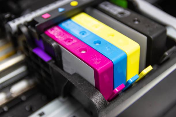 die farbdrucker-inkjet-patrone des druckers injizieren - munition nachfüllen stock-fotos und bilder