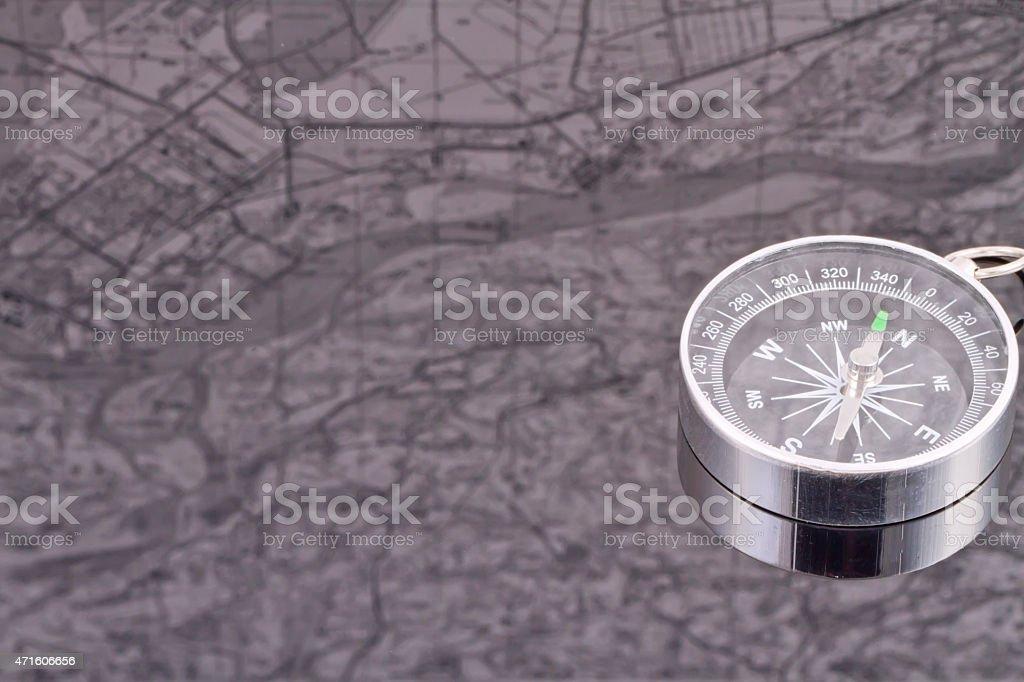 A bússola no fundo do reflexo mapas - foto de acervo