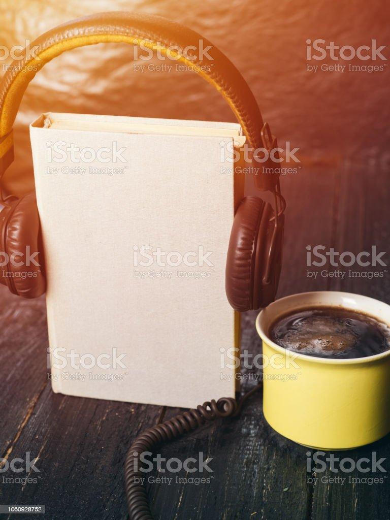 O conceito de áudio livros sobre um fundo escuro - foto de acervo
