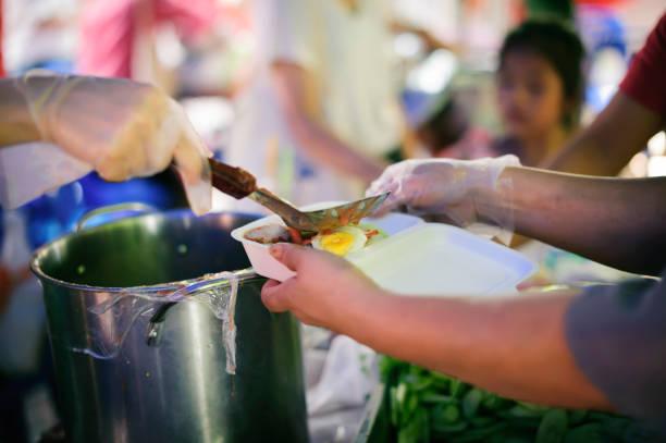 das Konzept des Bettelns und Hungers : Hungerprobleme der Armen wurden Nahrungsmittel gespendet, um Hunger zu reduzieren : das Konzept der Nahrungsmittelknappheit in der Welt : Spenden Sie Lebensmittel mit Liebe und Hoffnung an die Armen – Foto