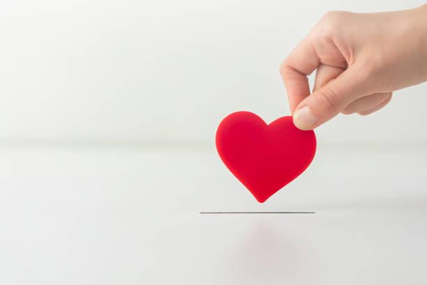 das konzept der nächstenliebe, liebe, spende und helfende hand. - scyther5 stock-fotos und bilder