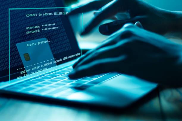 el concepto de robo de tarjetas de crédito. los hackers con tarjetas de crédito en computadoras portátiles utilizan estos datos para compras no autorizadas. pagos no autorizados de los propietarios de tarjetas de crédito. en la oficina secreta del hack - robo de identidad fotografías e imágenes de stock