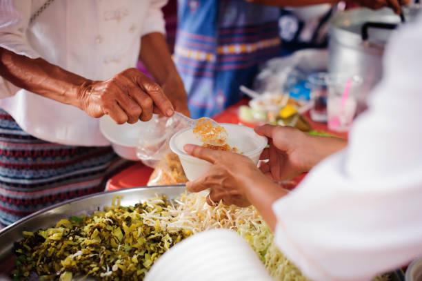 Das Konzept der Foodsharing Hilfe lösen Hunger für Obdachlose : das Konzept des sozialen Teilens : Die Hoffnung der Armen durch Spenden von Wohltätigkeitsnahrung an die Unbefleckten : Teilnahme am Teilen von Lebensmitteln für die Armen – Foto