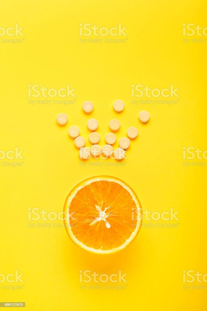 Das Konzept der gesunden Ernährung, ergänzen. Vitamin C ist das wichtigste Vitamin, der König unter den Vitaminen. Fitness, flach legen - Lizenzfrei Abstrakt Stock-Foto