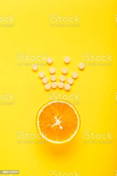 Das Konzept Der Gesunden Ernährung Ergänzen Vitamin C Ist Das Wichtigste Vitamin Der König Unter Den Vitaminen Fitness Flach Legen Stockfoto und mehr Bilder von Abstrakt