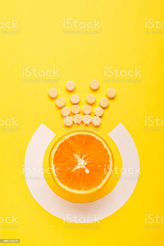 Begreppet hälsosamt ätande, komplettera. C-vitamin är den viktigaste vitaminet, kungen bland vitaminer. Fitness, platt låg - Royaltyfri Abstrakt Bildbanksbilder